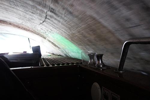 Ziemlich eng unter der Brücke