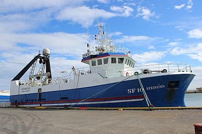 Schiff im Hafen von Höfn
