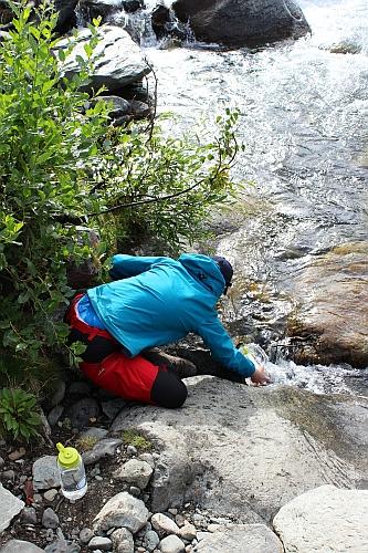 Wasserholen im Fluss