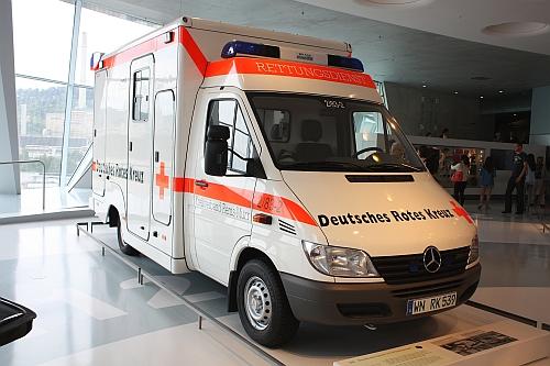 Rettungsauto im Mercedes Museum